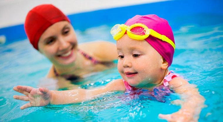 NATAÇÃO Natação é o ?exercício perfeito?, segundo os autores do boletim de Havard Healthbeat, além de trabalhar quase todos os músculos corporais, a natação melhora a saúde do coração, aumenta a circulação sanguínea, combate a depressão. Nadar regularmente de 30 a 45 minutos diários é um exercício aeróbio que traz inúmeros benefícios, dentre eles, a prevenção de osteoporose.