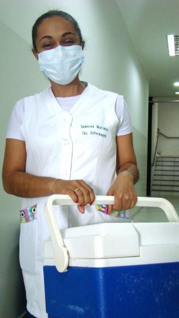 a técnica de enfermagem Tamires Mariana de Lima que veio buscar as doses para São Sebastião do Paraíso.