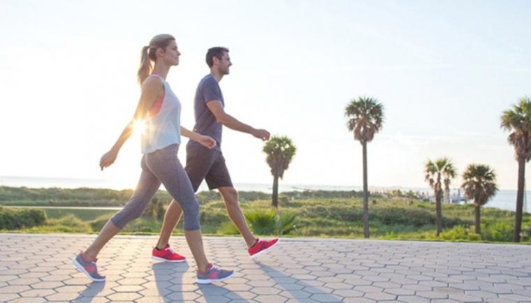 CAMINHADA Caminhar, já foi demonstrado em outras edições a importância desta atividade física, pelo menos 30 minutos diários, num ritmo moderado ou pausado. Caminhada melhora o sistema cardiovascular, fortalece os membros inferiores, diminui os níveis de colesterol. São diversas melhorias que uma boa caminhada faz, qualquer pessoa pode fazer, tanto iniciante quanto atleta.