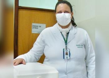 A enfermeira Patrícia Aparecida da Silva com as doses para São Sebastião do Paraíso.