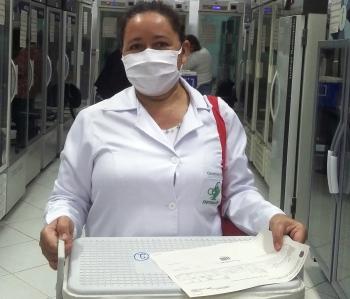 A técnica de enfermagem Claudimeia Borges com as doses de Itamogi.