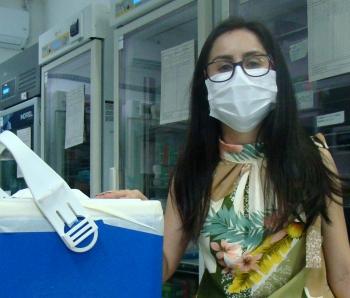 Leiny Any Pereira Pisa, da Secretaria Municipal de Saúde de Bom Jesus da Penha, com as doses para seu município.