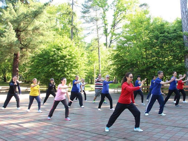 TAI CHI Tai chi, é uma arte marcial chinesa que combina uma série de movimentos delicados e fluidos para criar uma espécie de meditação em movimento. O exercício é praticado lenta e suavemente com um alto grau de concentração e em especial atenção para a respiração em profundidade. Os praticantes definem seu próprio ritmo, com isto é acessível para todas as faixas etárias, independente do condicionamento físico. Esta atividade é recomendada para pessoas acima de 50 anos, melhora o equilíbrio, a coordenação e a flexibilidade.