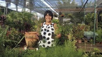Patrícia Santos integrada ao ambiente que ela mais gosta de estar...  no meio de suas flores e folhas...