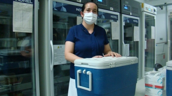 A técnica de enfermagem Sandra Maria de Pádua com as doses para Itamogi.
