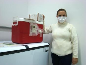 Na foto, a técnica de enfermagem Elaine Cristina da Silva com as doses para o município de Pimenta.