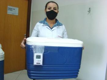A técnica de enfermagem Eliane Izaquiel de Melo com as doses para Capitólio.