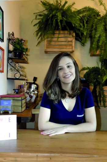 Nara Mendes Queiroz Ribeiro Engenheira de Alimentos Empresária, consultora em controle de qualidade, projetos e rotulagem de alimentos e bebidas.  Instagram: nara.mendes26