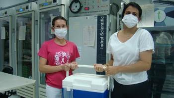 A enfermeira Weliane Vilela Silva e a técnica de enfermagem Sharllene Cardoso com as doses para São José da Barra.