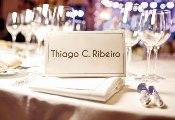 Devemos marcar as mesas onde os convidados irão sentar?