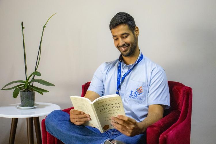 Diego Santos, 25, ajudante de eletricista, lendo o livro