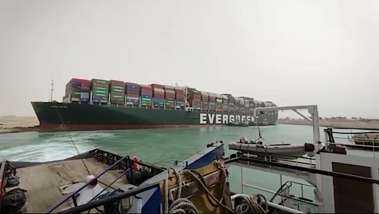 Navio Cargueiro Ever Guiven, encalhado no Canal de Suez. Imagem courtesy Suez Canal Authority.