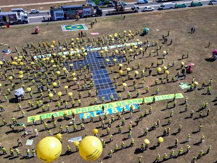 Placas solares foram colocadas ao solo, em formato de cruz, para retratar o momento enfrentado pelo setor solar.