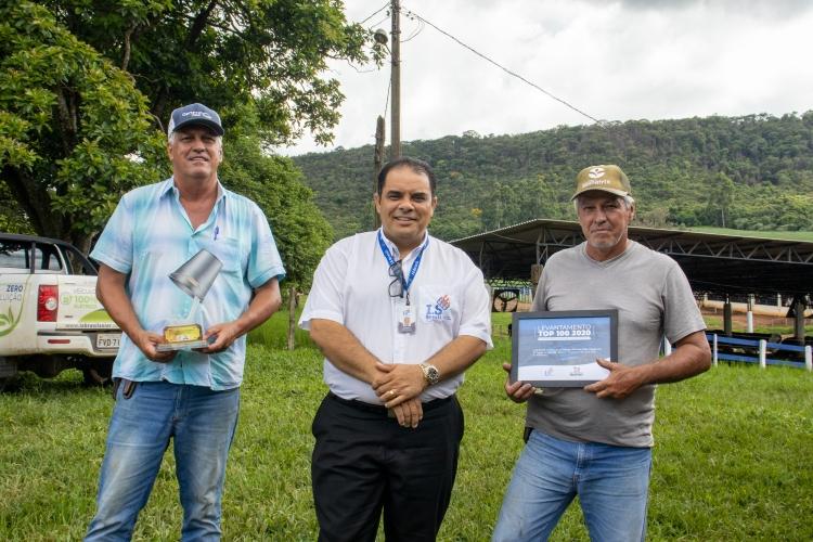 Entrega dos troféus para a Fazenda Recanto Grão-Mogol, em Carmo do Rio Claro/MG.