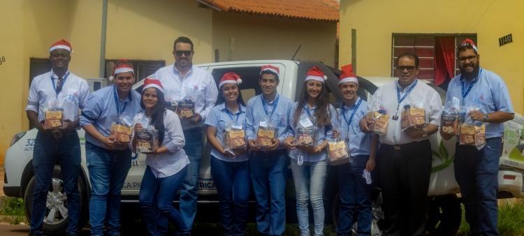 Equipe da I.S Brasil momentos antes de começar a entrega dos kits de Natal.