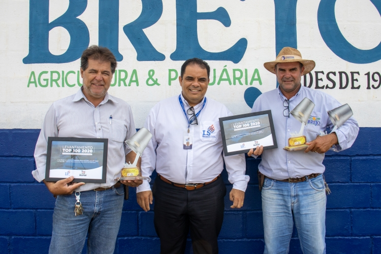 Entrega do troféu para as Fazenda Morro Grande e Brejo, em São João Batista do Glória/MG.