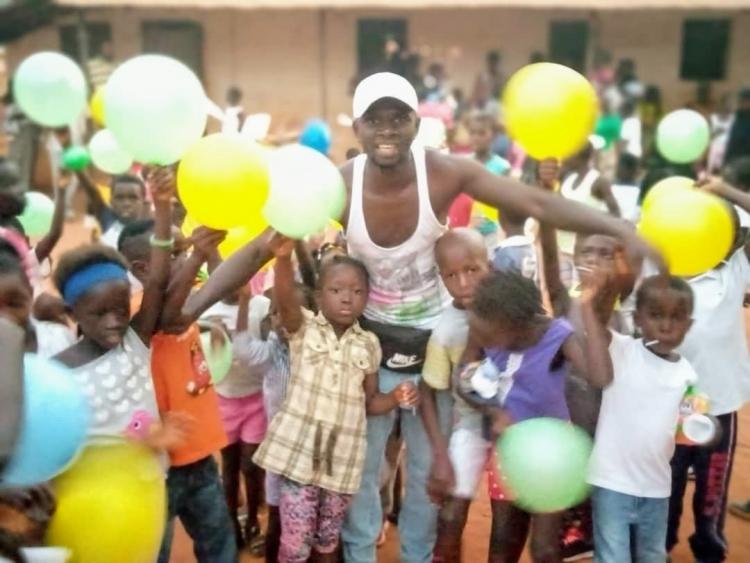 Amadu Sambu e as crianças de sua comunidade.