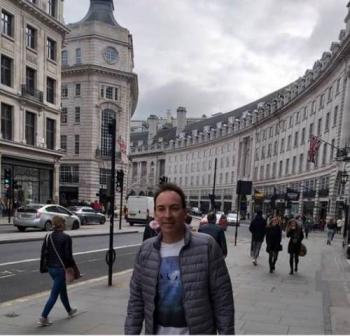 Jayme andando por um point charmoso de Londres.