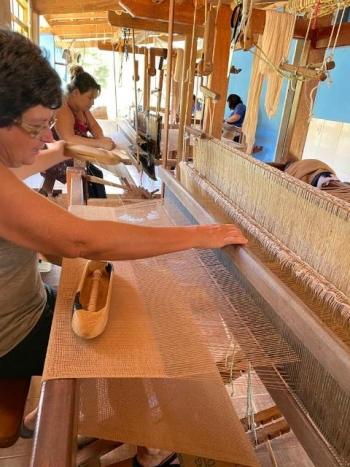 A foto selecionada para apresentar o trabalho da Tr�picca foi esta: Salom� e as filhas tecendo em casa, na zona rural.