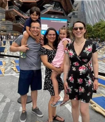 Celiane com o irm�o Thiago, a cunhada Simone e os sobrinhos Alice e Daniel, circulando  no domingo sem m�scaras pela Nova York.