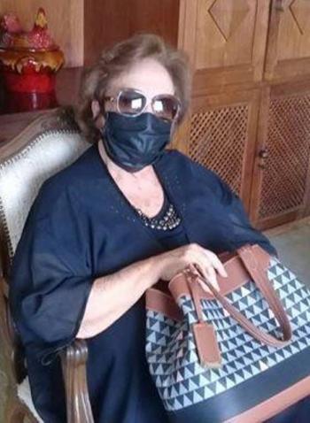 Edna Pimenta, com estilo e sem perder a eleg�ncia em tempos de pandemia, arrasa no figurino azul marinho.
