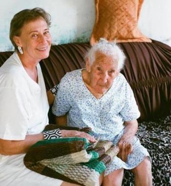 Dona An�zia com sua amiga e parceira Zizi Carderari.