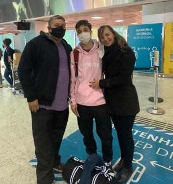 Eduardo e seus pais na despedida no Aeroporto Internacional de Guarulhos-SP.