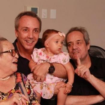Elaine com os filhos Luciano, Rog�rio e a bisneta Laura - filha de Breno Neto e Marcela - que tanto amava. A foto � do arquivo pessoal de Breno Neto, filho de Rog�rio e Jacqueline.