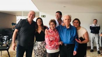 Dr. Jorge ladeado pela esposa Elisa e filhos na comemora��o de seus 90 anos.