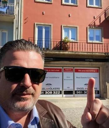 Ricardo Severin em frente ao seu mais novo escrit�rio.