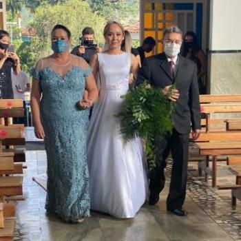 A entrada com os pais rumo ao altar.