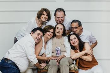 Tia Rita ladeada pelos filhos. - Foto de Rafael Pimenta Fotografia