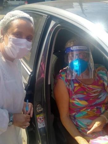 Marlene Borges, toda protegida, foi vacinada na quinta-feira.